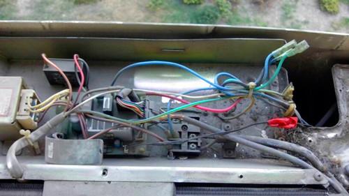 """有时空调压缩机不工作,其实只是一个小小的电容器的故障,维修人员""""装"""