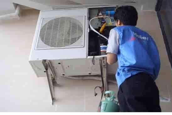 空调加氨咨询电话:0592-5090114   空调用久了是需要加氟的,这样制冷效果才会更好。那空调空调加氟方法和步骤是什么?一起看下文介绍吧。   1、用充氟软管连接制冷剂钢瓶、修理表和充氟口,排除软管内空气。   2、启动压缩机,利用钢瓶与制冷系统压力差充入制冷剂气体(若制冷系统预先抽真空,应在停机状态下先入制冷剂气体,待压力表指针不再升高时,再启机充氟   3、充氟过程中观察压力表指针变化。通过间断地充氟使压力表指针维持在空调标注的标准范围内。   4、试运转一段时间后,空调器应出现上述正